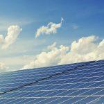 太陽光発電の買取価格半減でインフラファンドの危機?